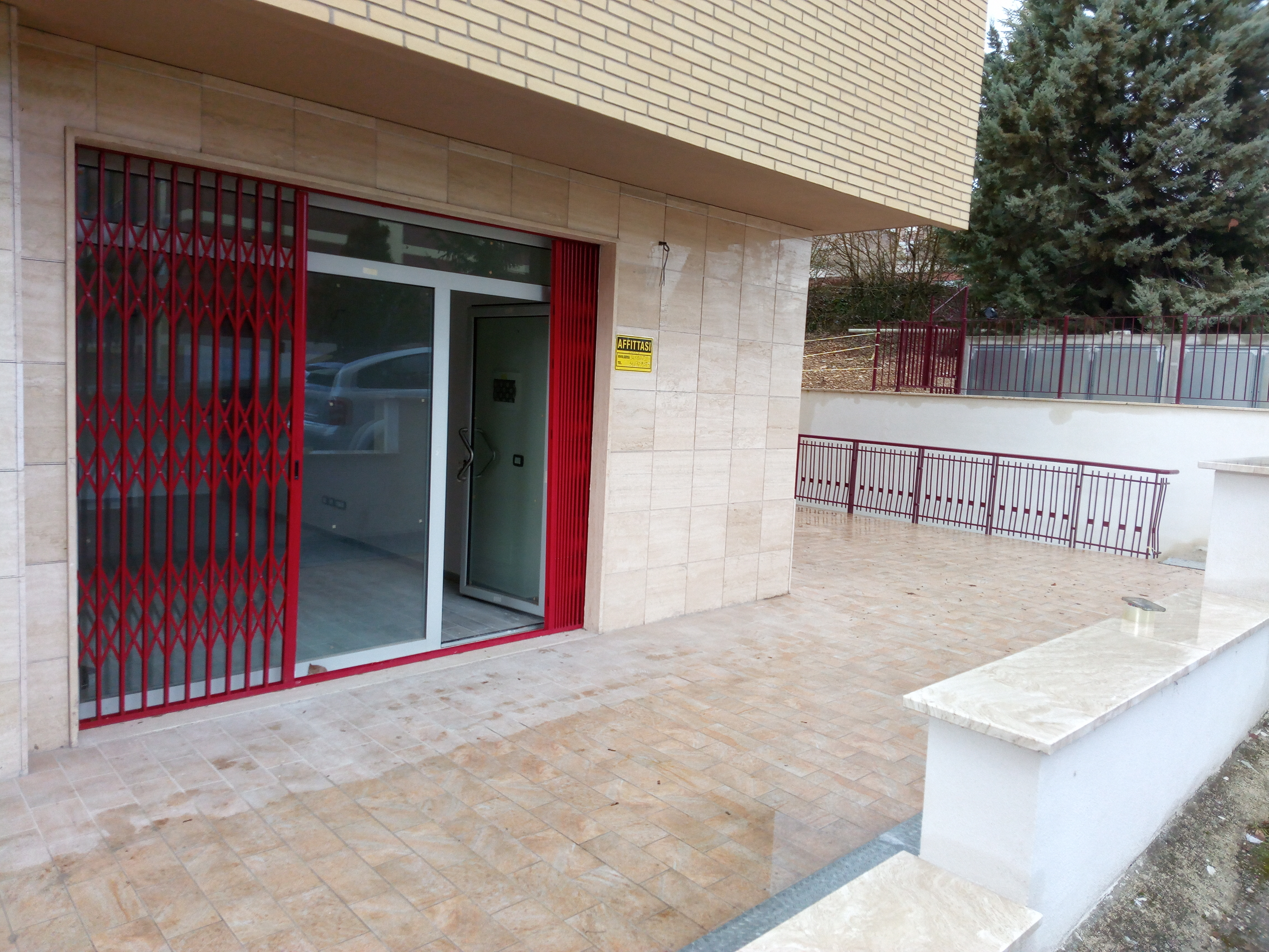 AFFITTA LOCALE COMMERCIALE – TORRIONE
